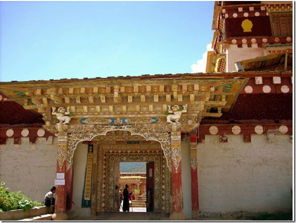 Side-entrance-of-Gompa