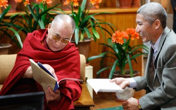 Thubten Jinpa Prostrates to his Guru&#8217;s Throne
