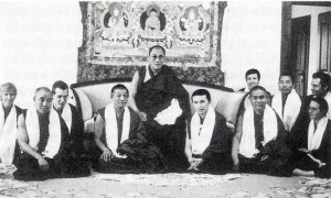 Geshe Rabten (immediate right of the Dalai Lama) and Gonsa Rinpoche (immediate left of the Dalai Lama) with the members of Tashi Rabten center during the visit the Dalai Lama